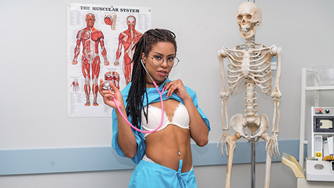 транс трахает медсестру